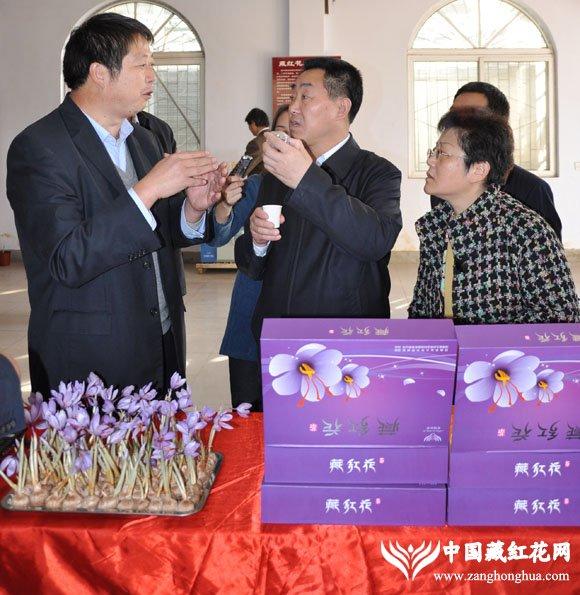 省长拿起藏红花产品详细询问市场情况